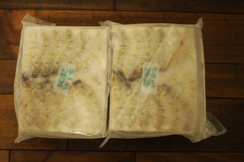 業務用の冷凍エビは1.8kg(0.9kgのブロックが2個入り)