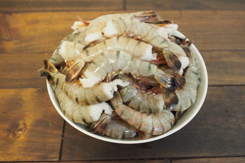 解凍後の冷凍エビ。殻付きの冷凍エビは再冷凍にも強いです