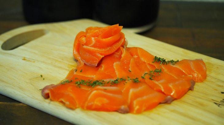 切って盛るだけ!最高に美味しいサーモンのお刺身が簡単にできる『おさしみサーモン』がスゴい