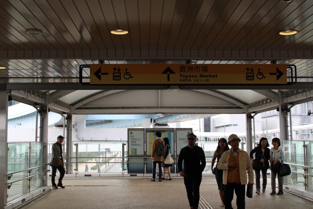 市場前駅から左に進みます