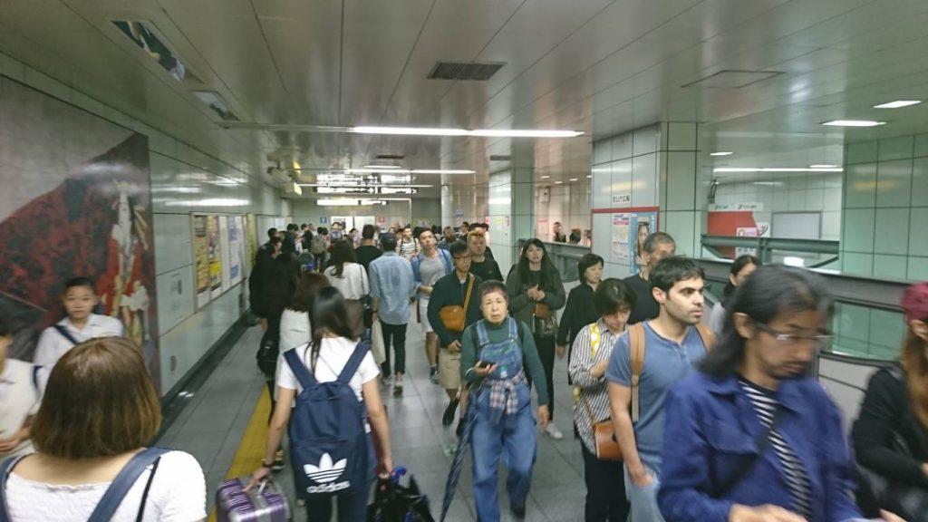 築地市場駅は外国人観光客でごった返し!