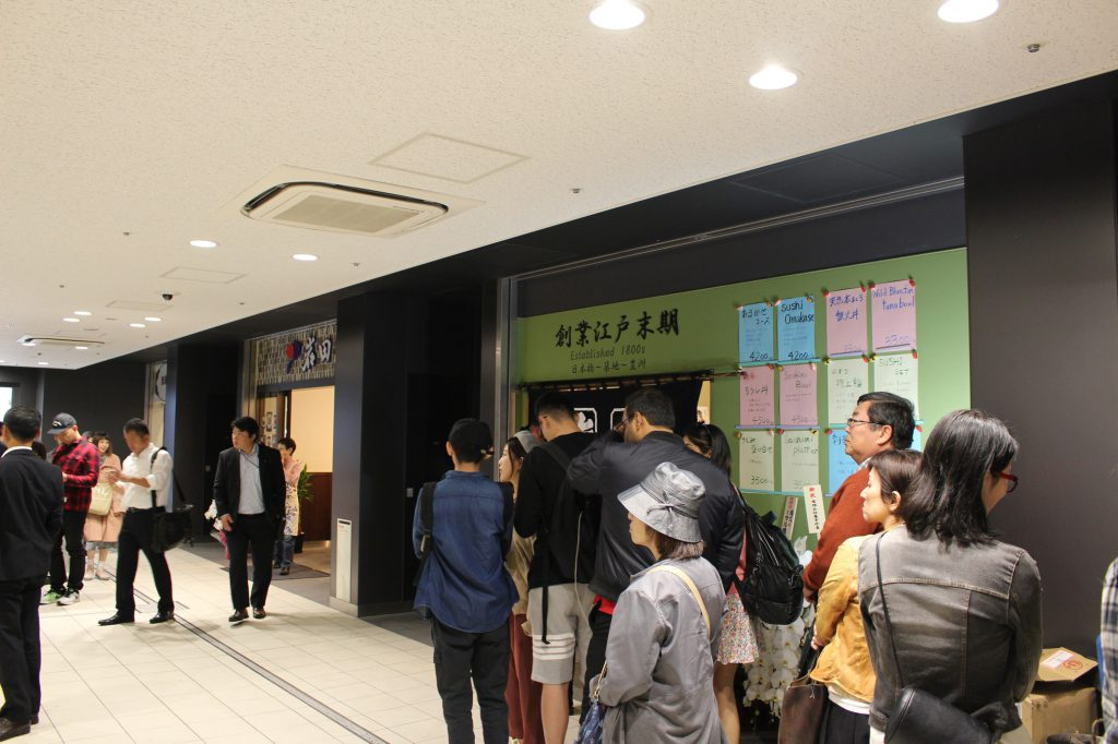行列はできているが日本人が中心で混雑もまだまし