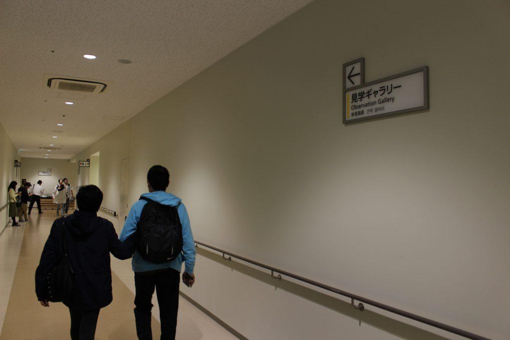 見学ギャラリーの手前にトイレが設置されている