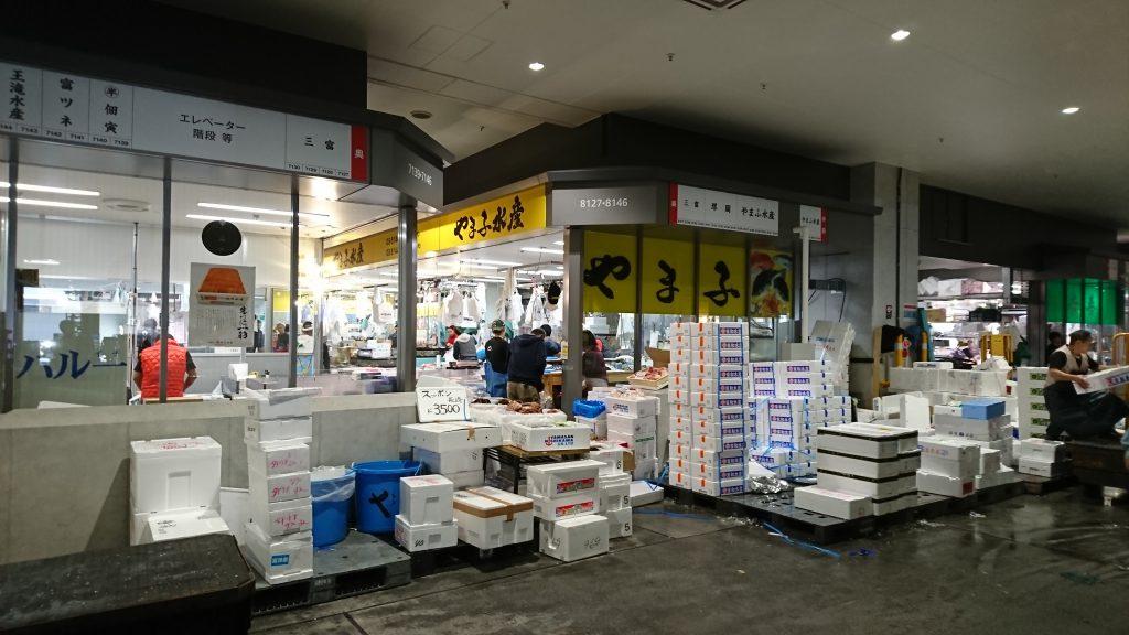 豊洲市場には実に様々な仲卸が軒を連ねている