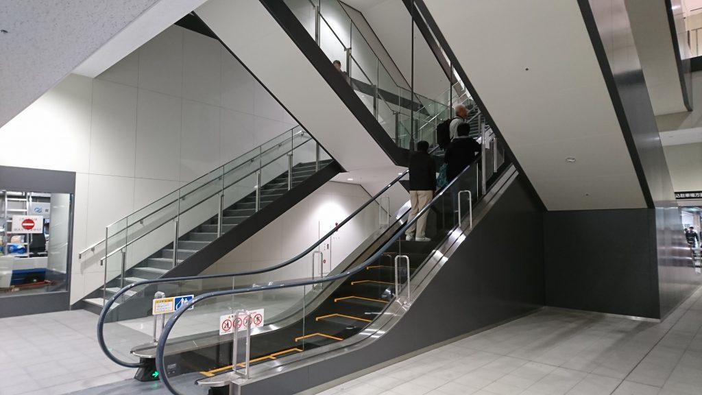 中央のエスカレーターで4階に上がれる