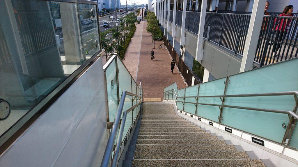 階段を降りてまっすぐ進みます。豊洲市場の門が見えます