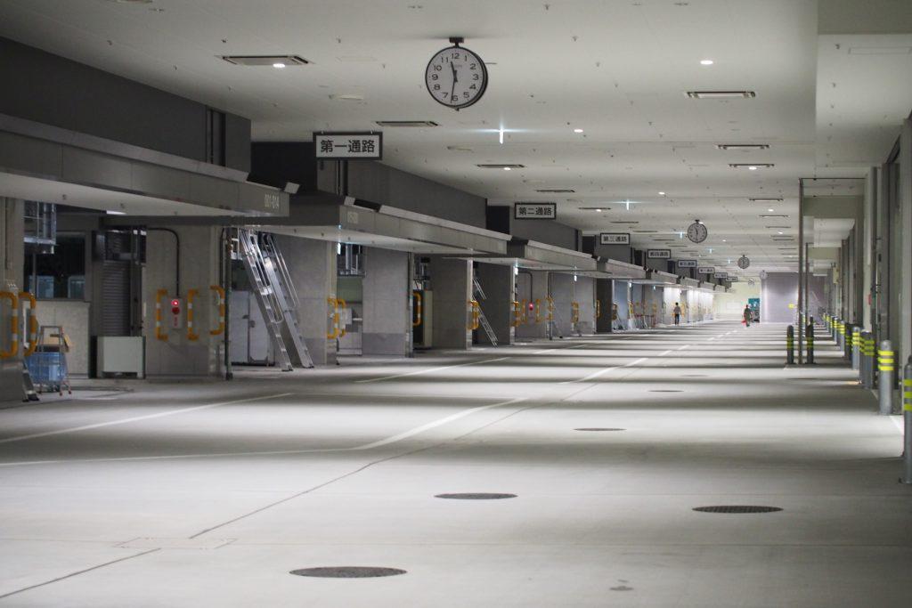 豊洲市場の仲卸売場内にはたくさんのマンホールがある
