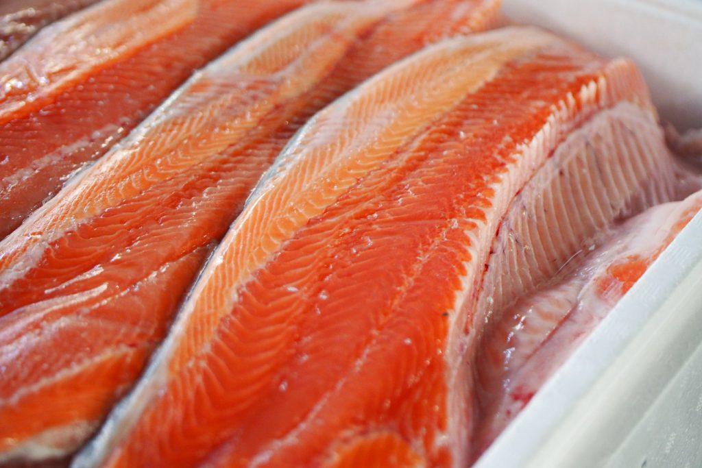 養殖の銀鮭。脂がのって美味しそうではあるが筋トレには…