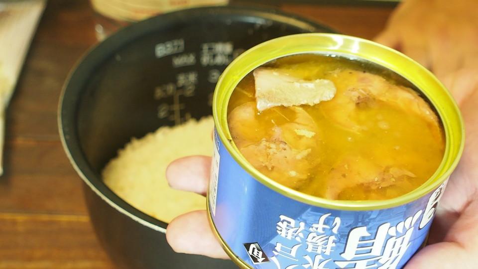 サバ缶の煮汁だけを先に加えて2合の位置まで水を入れる
